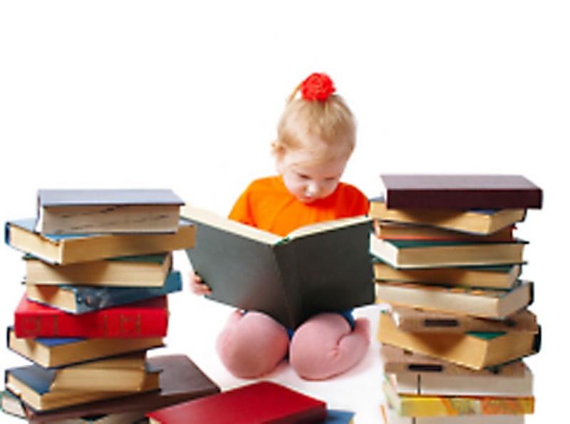 Ребёнок за чтением книги