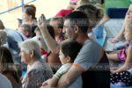 Отец с сыном на выступлении в дельфинарии